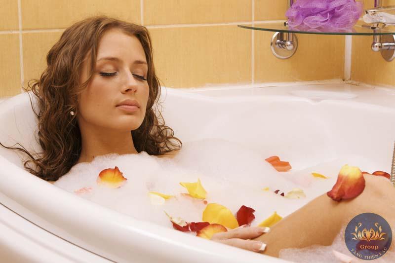Tranh 3D cô gái thư giãn không gian tắm được thoải mái hơn