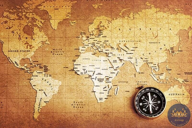 Tranh bản đồ thế giới có hình ảnh la bàn khá độc đáo