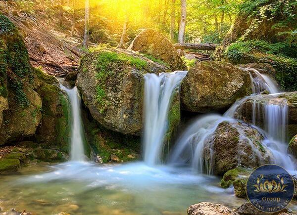 Tranh 3D 5D 8D Quận 12 thác nước giúp phòng khách thoáng mát và nên thơ hơn.