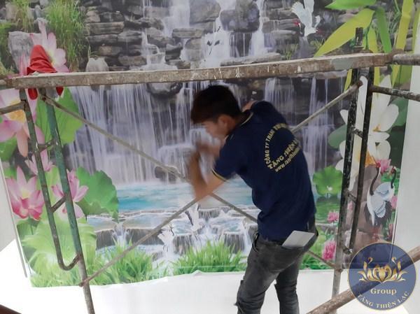 Hình thợ thi công Tranh dán tường 3D thác nước cho gia chủ Mệnh mộc